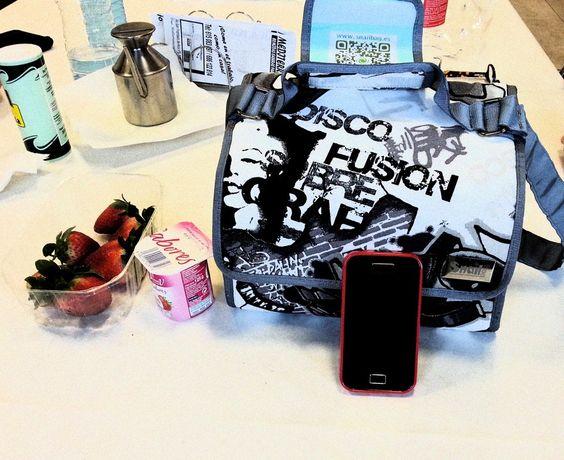 Elisa y su Snailbag Brooklyn inseparables en la oficina. Snailbag everywhere you go! #Snailbag #lunchbag #moda #tupper #tuppertime #MadeInSpain #ShopOnline  http://www.snailbag.es/shop/anytime-collection/bolsa%20porta%20alimentos%20isotermica%20para%20tuppers/bolso-porta-alimentos-snailbag-brooklyn/