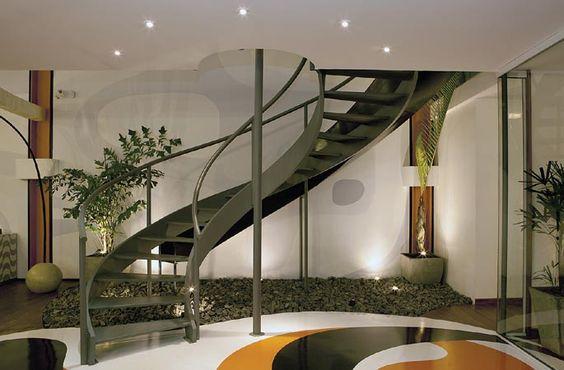 A escada de ferro liga os dois pavimentos. A descida também pode ser feita pelo tubo de bombeiro, no meio da escada, ou pelo escorregador, em volta dela
