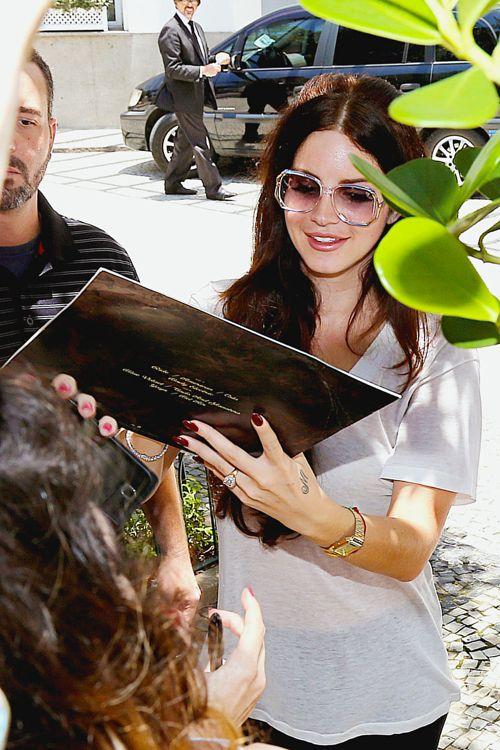 Lana Del Rey signing autographs on her Paradise album vinyl