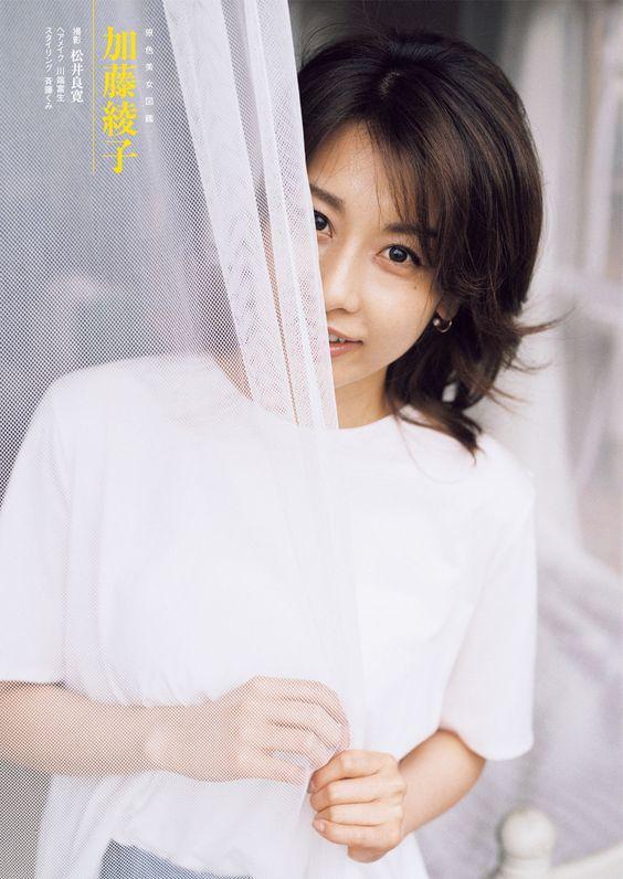 カーテンから覗く可愛すぎる加藤綾子