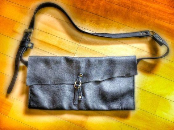 シュリンクレザー(クロム鞣し)素材のチューブバッグを作りました。柔らかい素材をいかし、体にフィット、ワイドなスタイルに仕上げました。中は2層ですが、筒の部分に...|ハンドメイド、手作り、手仕事品の通販・販売・購入ならCreema。