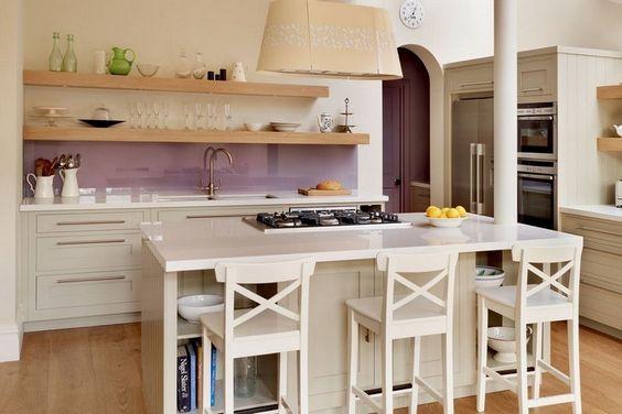 Küche im Landhausstil aber mit Glas Spritzschutz in Flieder
