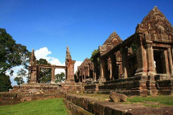 Preah Vihear là một ngôi đền toạ lạc trên một chỏm núi thuộc núi Dângrêk