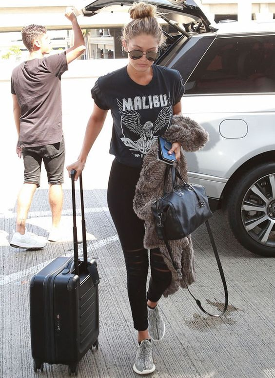 Look da modelo Gigi Hadid no aeroporto. Confortável para viajar.: