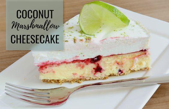 Deze cheesecake van Erseline Principaal bestaat uit 3 lagen: Een bodem van gebroken koekjes, daarboven een laag cheesecake met kokossmaak en bovenop ligt een dikke laag zelfgemaakte marshmallow.