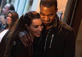 28-Apr-2014 10:57 - KOMT ER EEN KIMYE-BALKONSCÈNE?!. Het kan je niet ontgaan zijn: Kim en Kanye gaan trouwen. Dat het spectaculair zou worden wisten we al, maar inmiddels is duidelijk dat het meer richting 'completely over-the-top' gaat.