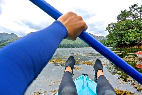 En canoe on pagaie