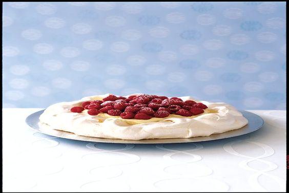 Une meringue croustillante à souhait remplie de crème et garnie de framboises.