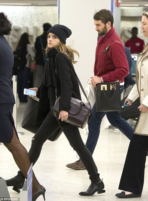 Emma Watson looks very fashionable in all black. We love her simple flight style!