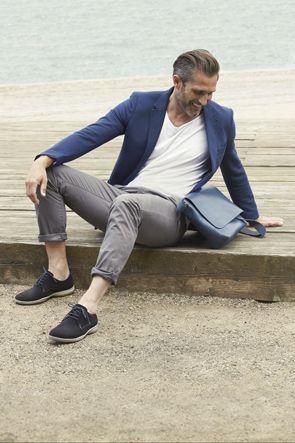 Sommerlicher Schnürschuh für Herren zu lässigen Chinos mit elegantem Sakko und unifarbenen Shirt - fertig ist der ideale Sommerlook für den Mann (Foto: Ecco).