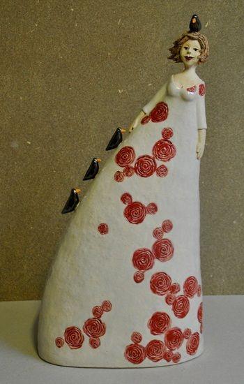 Birdie van Nicole Simons - Brouns | Lange dame in rozen jurk met vier vogels.