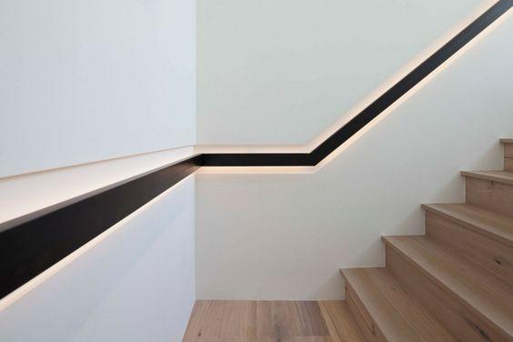 escalier en bois de design moderne avec main courante encastrée dans le mur