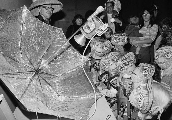 IlPost - Tanti piccoli ET - Ragazzini vestiti da ET a una festa per Halloween nel Museo della Scienza di Boston, in Massachusetts, 30 ottobre 1982 (AP Photo/ Mike Kullen