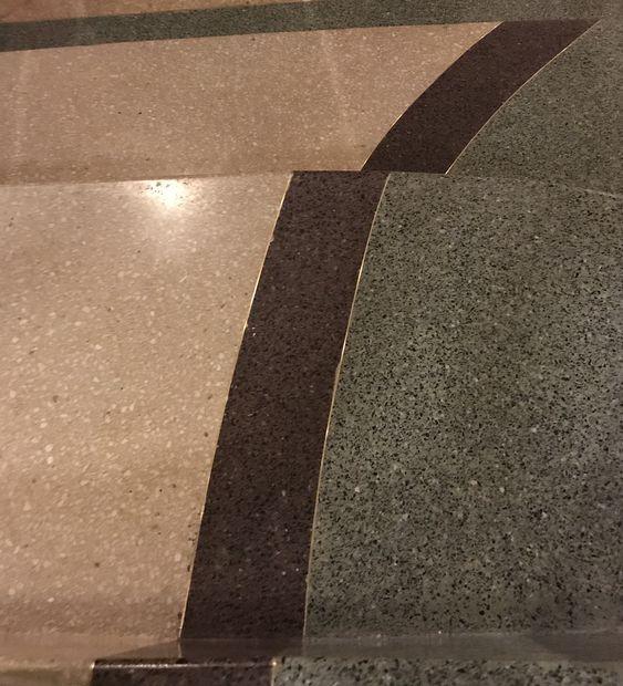escalera de terrazo tradicional con junta de latón