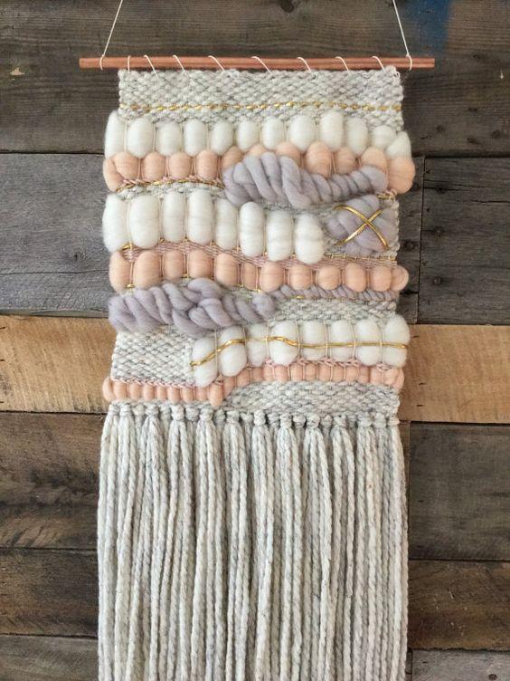 Arte de pared hecha a mano tejida en lana gris moteado, mecha rosa luz, luz gris/púrpura itinerante, vagueación marfil, hilo de algodón de blush y cinta dorada. Colgado en una tubería de 12 de cobre, este tejido mide 11 de ancho en su punto más ancho y cuelga 28 largo de espiga a la parte inferior de la franja. Este tema está terminado y disponible para envío inmediato! Órdenes de encargo siempre Bienvenido