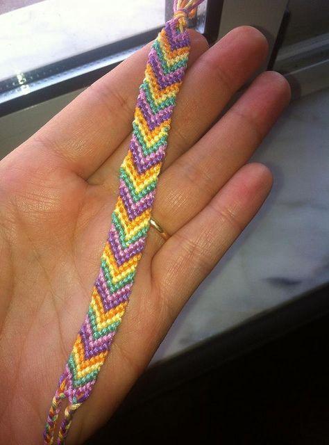 Modelo espinha (chevron) de pulseiras da amizade- by A Mamã Faz, via Flickr - ver como terminar. Com fotos de modelos diferentes em cores variadas.