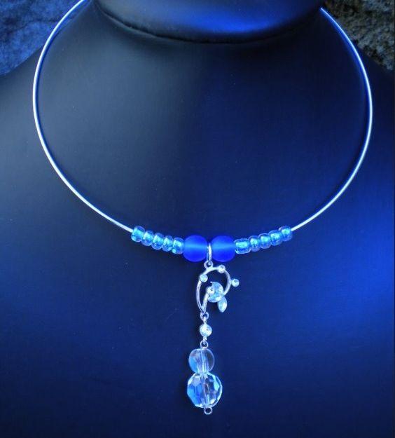 Collier ras du cou argenté, motif strass et perles de rocaille cristal, avec 2 perles bleu vif et 2 perles cristal : Collier par ghilou-creations-ceintures-bijoux