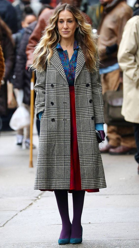 Как носить фиолетовые колготки? — Образ Сары Джессики Паркер на съемках в Нью-Йорке (фото 1)
