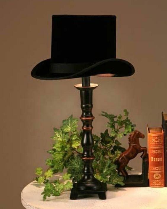 un chapeau melon noire servant d abat jour, une idee de suspension luminaire vintage