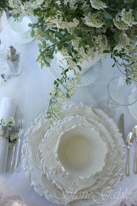 Table setting - formal - white dishes .:. Organização da mesa com louça branca rica em detalhes
