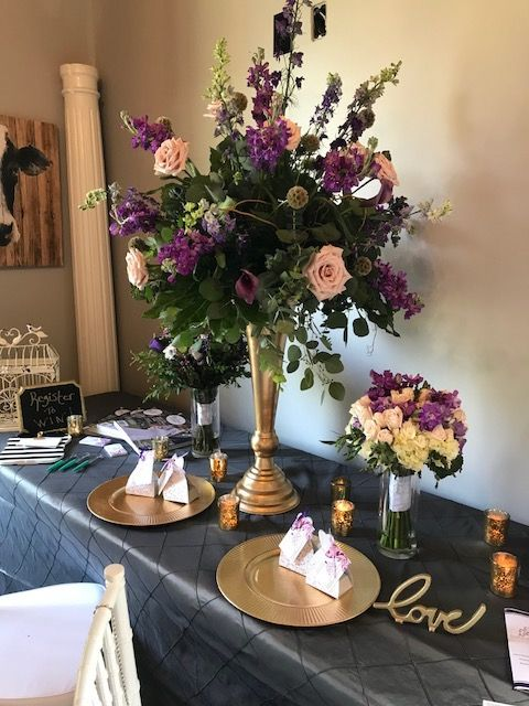 Gorgeous Large Centerpiece With Two Different Styles Of Bouquets On The Side Textured Si Flower Arrangements Center Pieces Gold Centerpieces Large Centerpiece