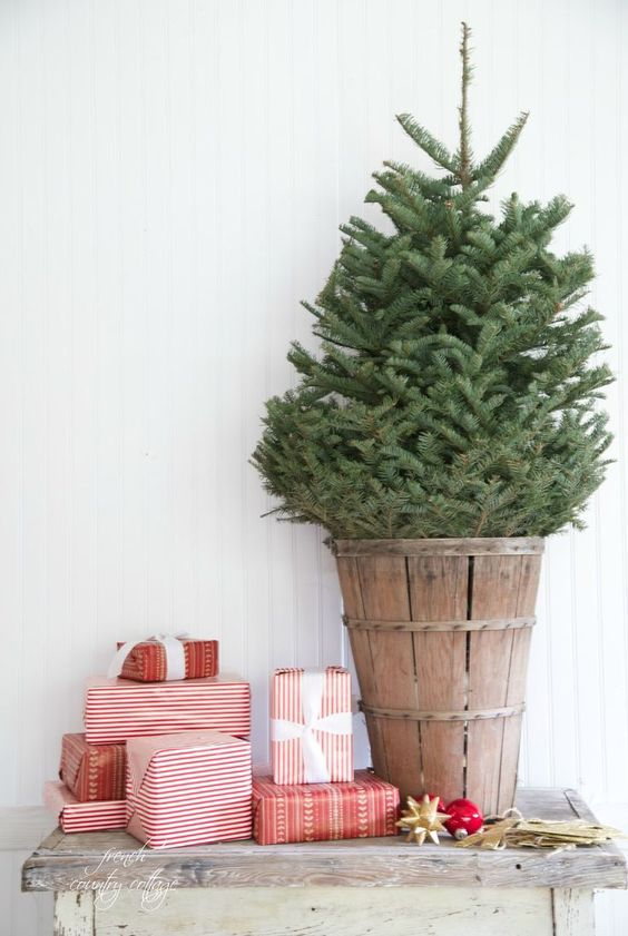 A cottage chic Christmas table arrangement, doesn't need much more than that to be beautiful.