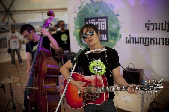 เป้ อารักษ์ ร่วมอาสารณรงค์ให้ประชาชนเข้าร่วมชมโดมกู้วิกฤตโลกร้อน กรีนพีซได้เปิดตัวโดมกู้วิกฤตโลกร้อน (Climate Rescue Station) เพื่อทำการรณรงค์ยาวต่อเนื่องสามอาทิตย์เพื่อระดมพลังภาคประชาชนผลักดันให้รัฐบาลออกกฎหมายพลังงานหมุนเวียนที่เอื้อต่อการพัฒนาเศรษฐกิจสังคมและการปกป้องสิ่งแวดล้อม    ขอพลังจากคนไทยร่วมสนับสนุนกฏหมายพลังงานหมุนเวียนฉบับแรกของไทยกับกรีนพีซ ง่ายๆผ่านช่องทางออนไลน์ที่ www.greenpeace.or.th/GoRenewable     ©โยนาส กราทเซอร์/กรีนพีซ