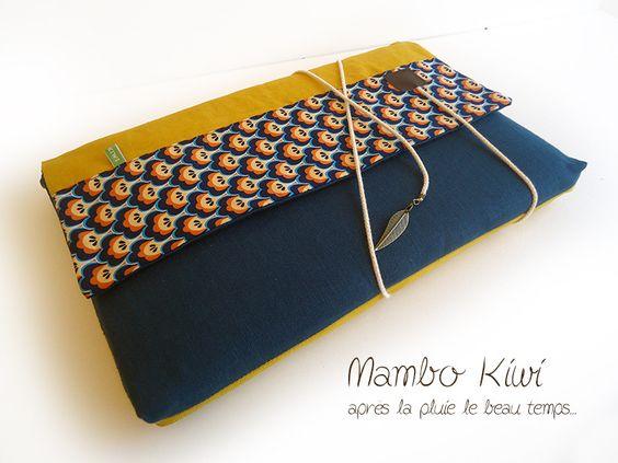 Housse rembourrée ordinateur 13 pouces, lin turquoise, velours moutarde, tissu rétro, cordelette et breloque interchangeable : Housses ordinateurs et tablettes par mambo-kiwi