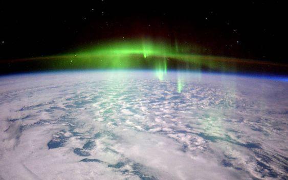 宇宙から見るオーロラ