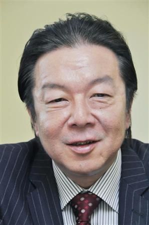 ストライプのスーツを着て微笑んでいる古田新太の画像