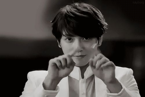 JUNG YONG HWA making a heart OMO ♥♥♥ saragheaa Opaaa