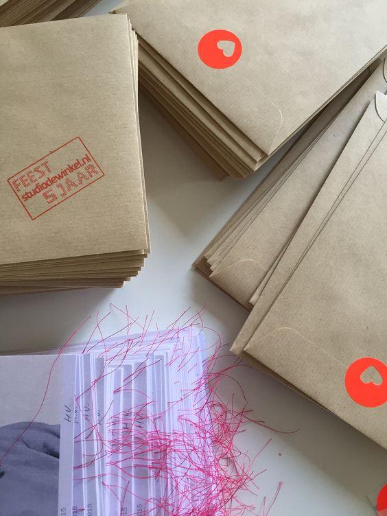 FEEST!!! De mailing voor ons ★ 5 ★ jarig bestaan is onderweg met de post!! Was weer fijn een dagje plakken en vouwen :-) Nu erg benieuwd naar de reacties..... Spannnend...... www.studiodewinkel.nl