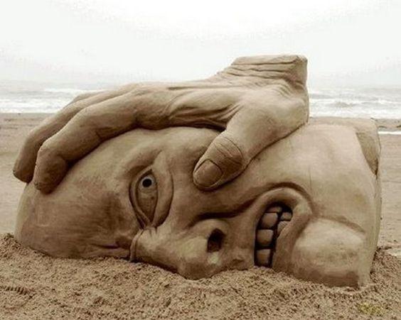 Gesicht im Sand