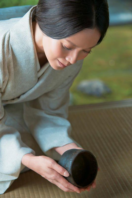 中谷美紀美しい着物で陶器を持つ画像