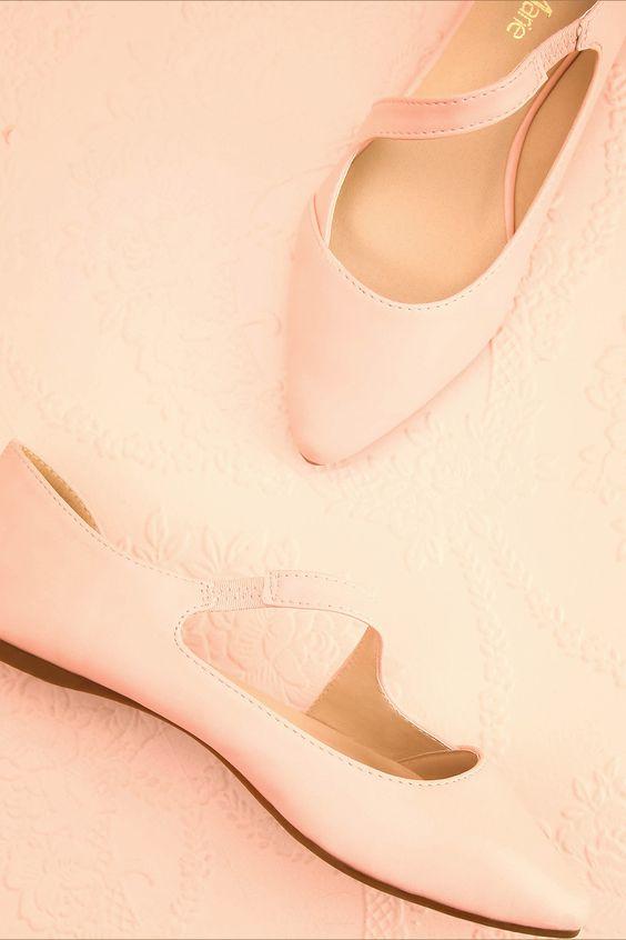 La ballerine urbaine enfile ses chaussons de danse pour un ballet tout en modernité. The urban ballerina slips into her ballet shoes for a modern dance. Light pink faux-leather ballerina www.1861.ca