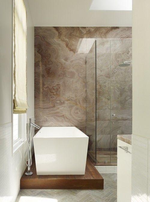 La pared de ducha puede tener concepto Cuadro.  No es necesario que sea un dibujo,  un mármol,  un traventino...  La veta hace el dibujo,  un cuadro natural y elegante.  Se podría probar con el Cappuccino o Tíbet o Arizona