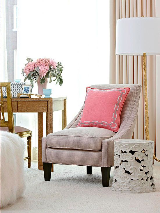 A gorgeous and serene corner, with a romantic touch of fabrics, whites and pink {!!!}.