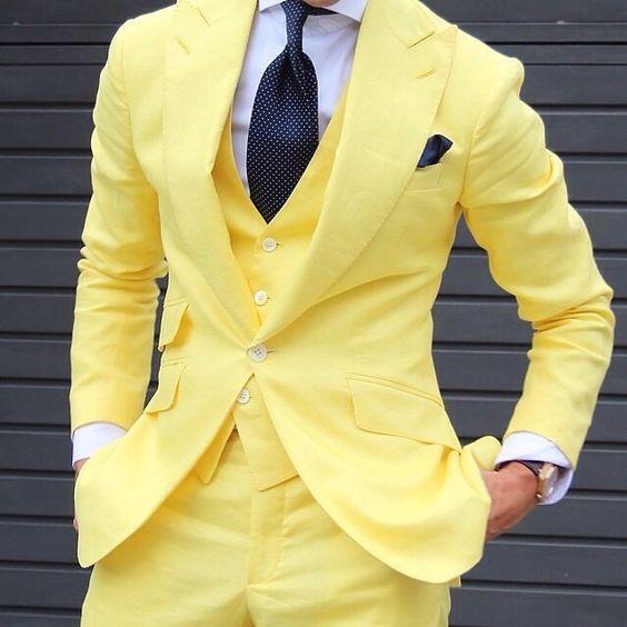 Osez le jaune ! Costume jaune 3 piéces avec cravate et pochette sombre. Mode homme #fashion