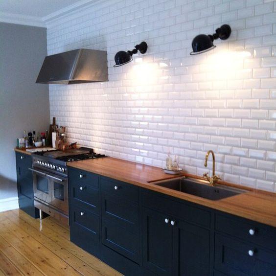 Skräddarsytt Himlekök i Hellerup i Köpenhamn. Genom att måttanpassa köksskåpen har man fått ett helt symmetriskt kök. Notera även den raka sockeln. Samt dolda fläktkanalen.  Köket är målat i Studio Green från @farrowandball och @tapetmagasinet. Spis från @ilvesweden och diskho från @decosteel Montage av @mattiasdesignwork  _____________________ #kök #köksinspiration #shaker #bistrokök #himle #himlekök #himlekok #ilve #farrowandball #kjøkken by himlekok