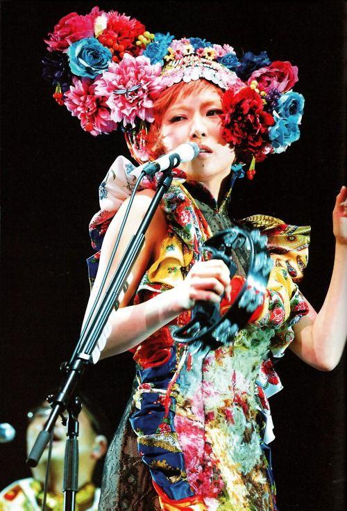 個性的な衣装を着た椎名林檎