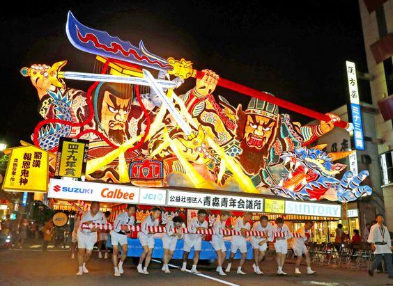 (窓)◎…巨大な武者灯籠が夏夜を照らす風物詩「青森ねぶた祭」が2日、青森市で開幕した。「ハネト」と呼ばれる踊り手が「ラッ  :日本経済新聞