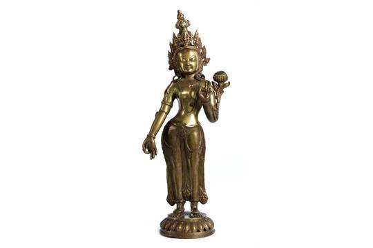Hohe Figur eines Buddha Höhe: 55,7 cm. Über Lotosblütensockel stehende bekrönte Figur mit seitlic