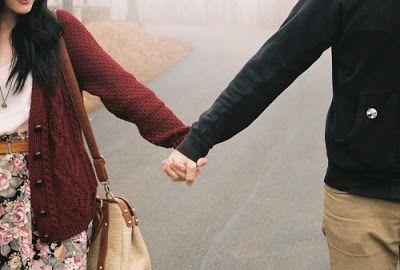 pareja agarrados de la mano