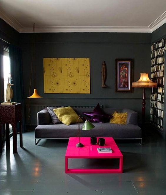 Хозяева дома в 365 квадратных метров решили, что все стены и полы в нем будут темно-серых оттенков. Однако мрачными эти интерьеры назвать никак не получается. Основные цвета акцентов: красный, желый, синий, фуксия и фиолетовый.