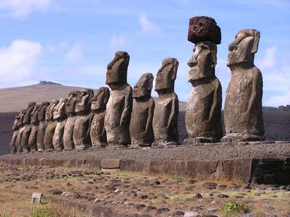 """Estatuas Moai de la Isla de Pascua (Chile)  Los Moais son estatuas de piedra monolíticas que se encuentran únicamente en la Isla de Pascua, el el Pacífico. Se encuentran a lo largo de toda la isla y su significado aún continúa siendo un misterio aunque diversos historiadores aseguran que fueron talladas por los habitantes polinesios entre los siglos XII y XVII. como representaciones de antepasados difuntos de manera que proyectaran su """"poder sobrenatural"""" sobre sus descendientes."""