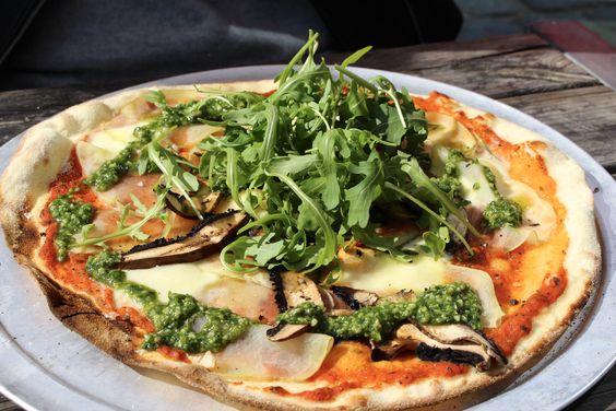 Wish come TRUE: healthy #Pizza auf dem teller mit lecker Gemüse und frischem Rucola-Salat. Wenn ihr wissen wollt welche Zutaten ihr braucht und wie ich meine #glutenfree pizza #crust mache, dann klickt euch gleich auf www.vicshealthkitchen.com <3  #sotodiefor