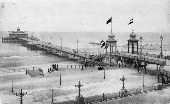 Scheveningen De oude Pier_met_strand,_rieten_stoelen_en_strandbezoekers_op_de_voorgrond