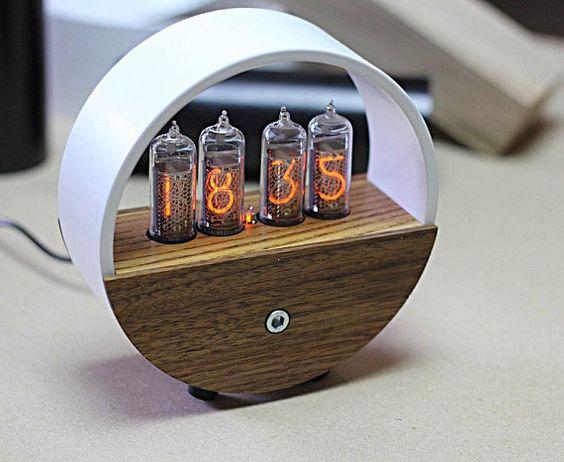 Nixie Uhr Ist Eine Warme Rohr Zeit Fur Ihr Zuhause Dies Ist Eine Exklusive Autors Modell Die Uhr Ist In Einem Metallrohr Nixie Tube Table Clock Design Clock