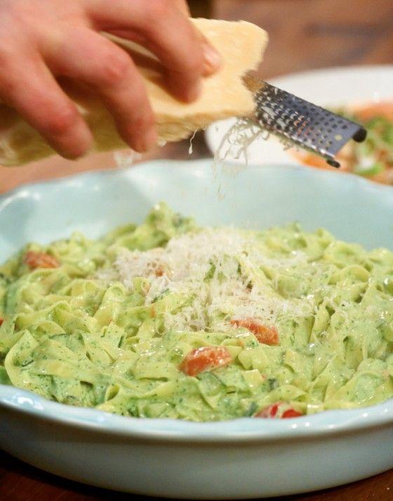 So cremig und so intensiv im Geschmack: In der Schmandsauce verstecken sich viele frische Kräuter und obendrauf gibt's noch Zucchini und Tomaten.