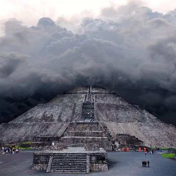 La Pirámide del Sol entre nubes